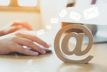 チャットvsメール - それぞれの特徴から使い分け・活用法の解説まで