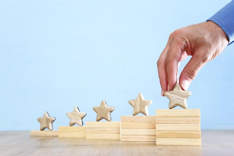 相対評価と絶対評価の違いを知る重要性とは?企業に求められる評価制度とそのポイントを解説